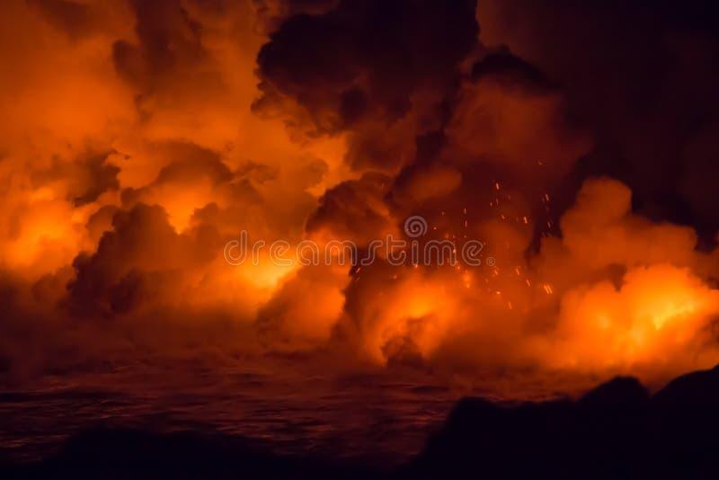 Éruption volcanique et écoulement de lave massifs en Hawaï images libres de droits