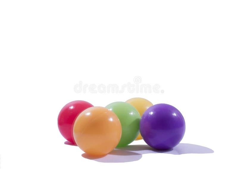 Ésta es cinco bolas de los colores. foto de archivo