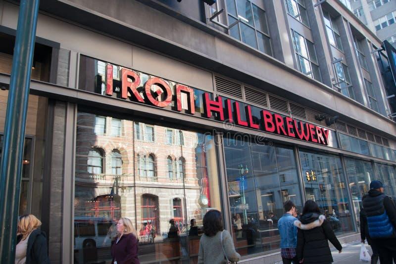 Ésta es la entrada delantera y la muestra para la cervecería de la colina del hierro situada en la ciudad de Market Street en el  imágenes de archivo libres de regalías