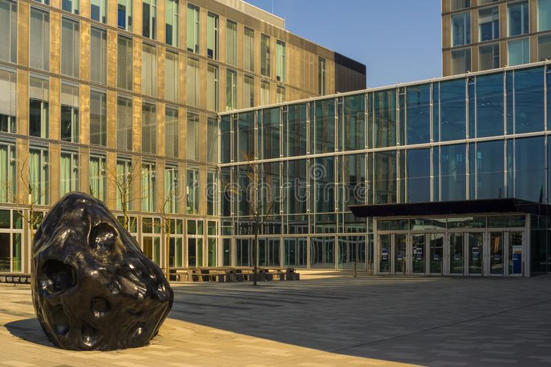 Ésta es la entrada principal del edificio de oficinas moderno de la empresa eléctrica ENBW foto de archivo libre de regalías