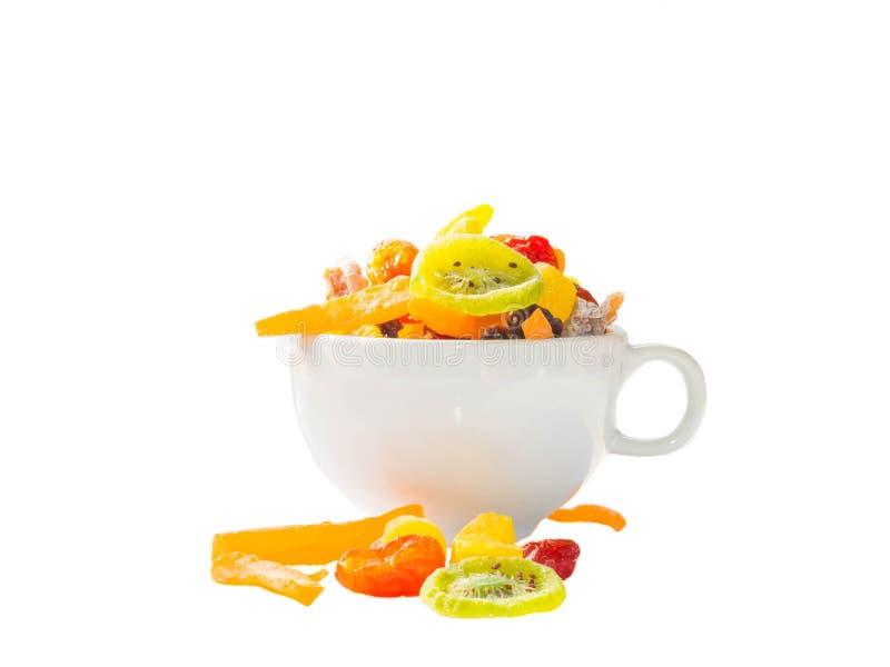 Ésta es una imagen de frutas coloridas y de la taza de café secadas colocadas imagen de archivo libre de regalías