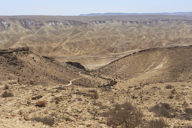 Ésta es una vista del desierto del Néguev medio-oriental, tallada por depresiones numerosas y espuma del karst en rocas de la pie imagenes de archivo