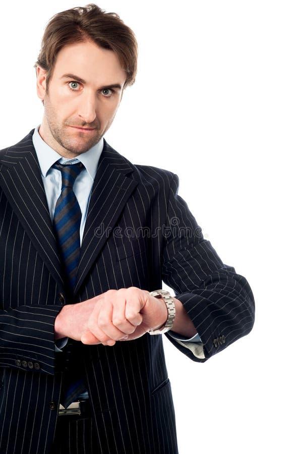¡Éste es el momento adecuado! Hombre de negocios serio. fotos de archivo libres de regalías