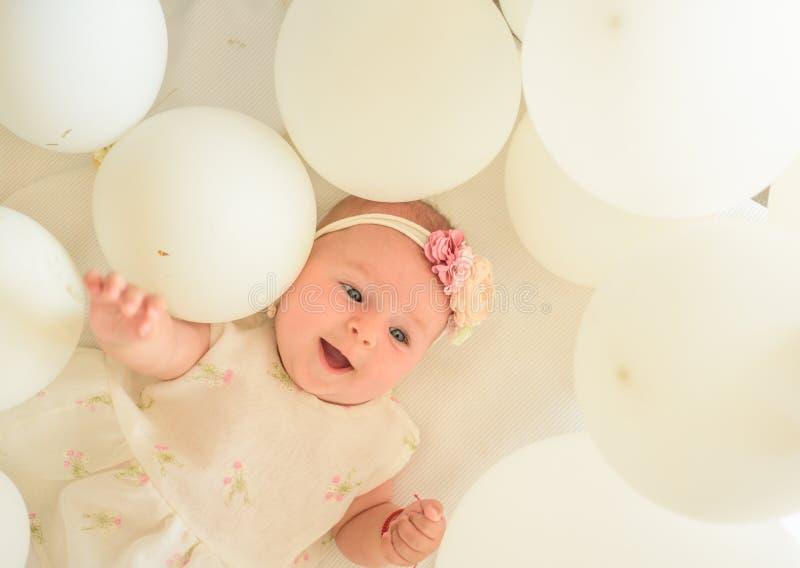 Éste es mi bebé Pequeño bebé dulce Nuevos vida y nacimiento Felicidad de la niñez Pequeña muchacha Feliz cumpleaños Familia Niño imágenes de archivo libres de regalías