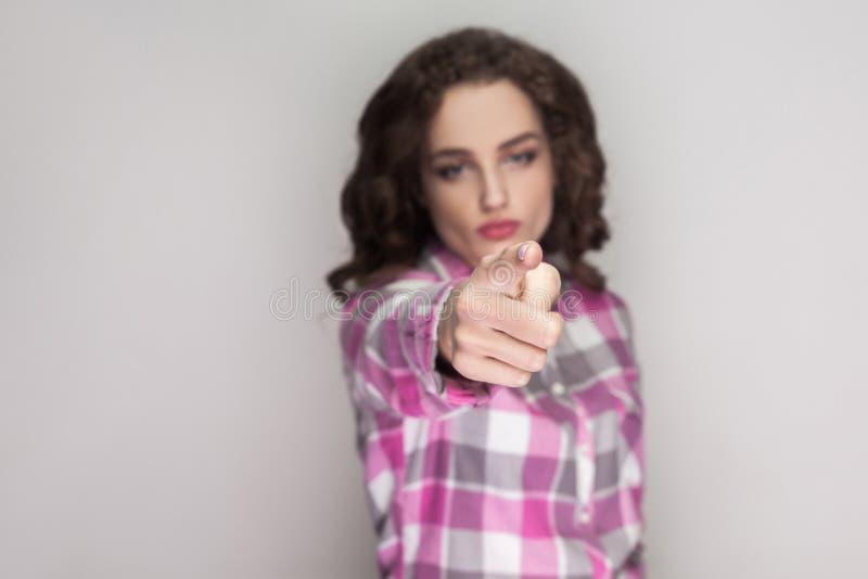 Éste es su problema muchacha seria con la camisa a cuadros rosada, Cu imagenes de archivo