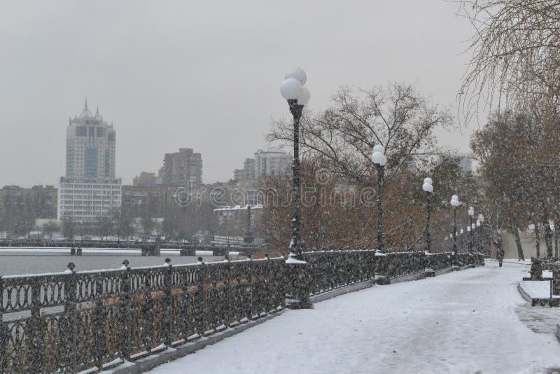 Éste es un paisaje de la 'promenade' de la ciudad en un día nublado fotografía de archivo libre de regalías