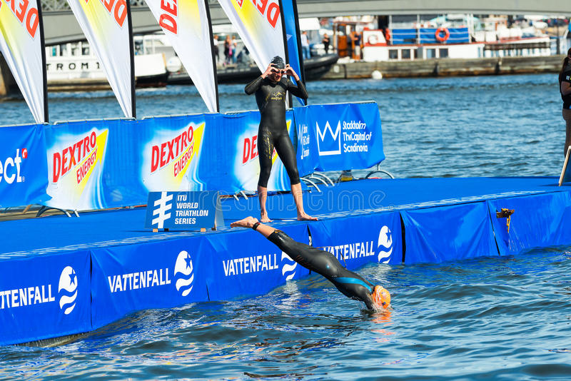 ÉSTOCOLMO - AGOSTO, 24: Mergulho de Aileen Reid na água antes do th foto de stock royalty free