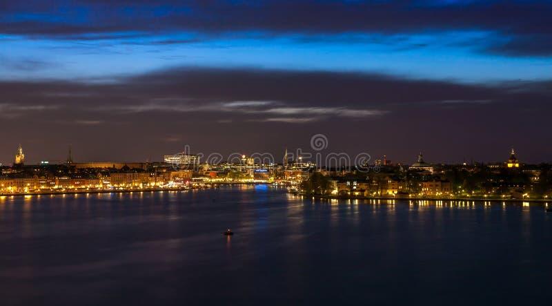 Éstocolmo na noite com reflexão clara na água fotos de stock royalty free