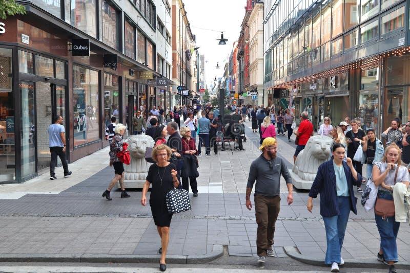 ÉSTOCOLMO, SUÉCIA - 23 DE AGOSTO DE 2018: Rua da compra de Drottninggatan da visita dos povos no distrito de Norrmalm, Éstocolmo, fotos de stock