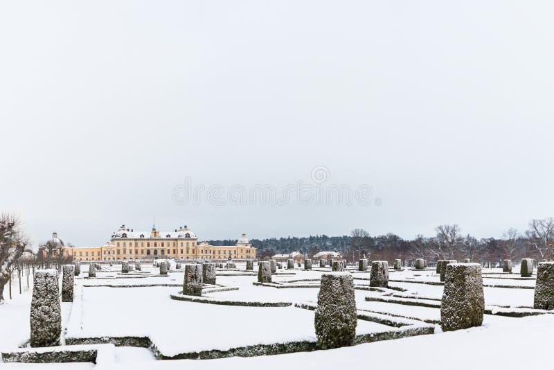 ÉSTOCOLMO, SUÉCIA - 7 DE JANEIRO DE 2017: Vista sobre o palácio e o parque de Drottningholm no dia de inverno Residência home da  fotos de stock