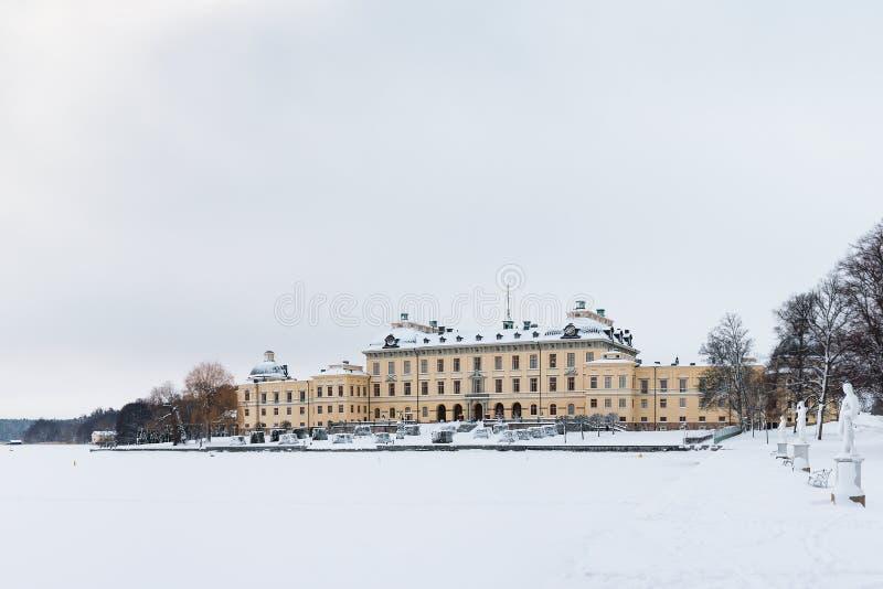 ÉSTOCOLMO, SUÉCIA - 7 DE JANEIRO DE 2017: Vista sobre o palácio e o parque de Drottningholm no dia de inverno Residência home da  foto de stock royalty free
