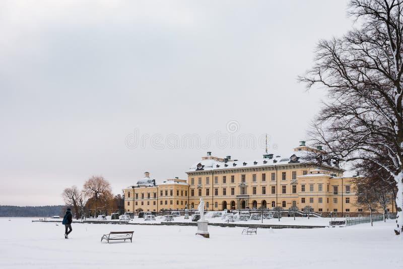 ÉSTOCOLMO, SUÉCIA - 7 DE JANEIRO DE 2017: Vista sobre o palácio e o parque de Drottningholm no dia de inverno Residência home da  imagens de stock royalty free