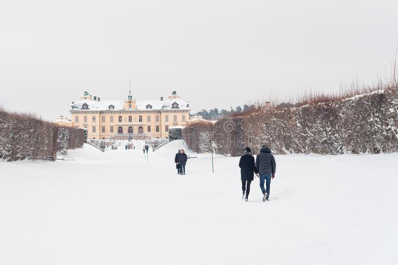 ÉSTOCOLMO, SUÉCIA - 7 DE JANEIRO DE 2017: Vista sobre o palácio e o parque de Drottningholm no dia de inverno Residência home da  imagem de stock