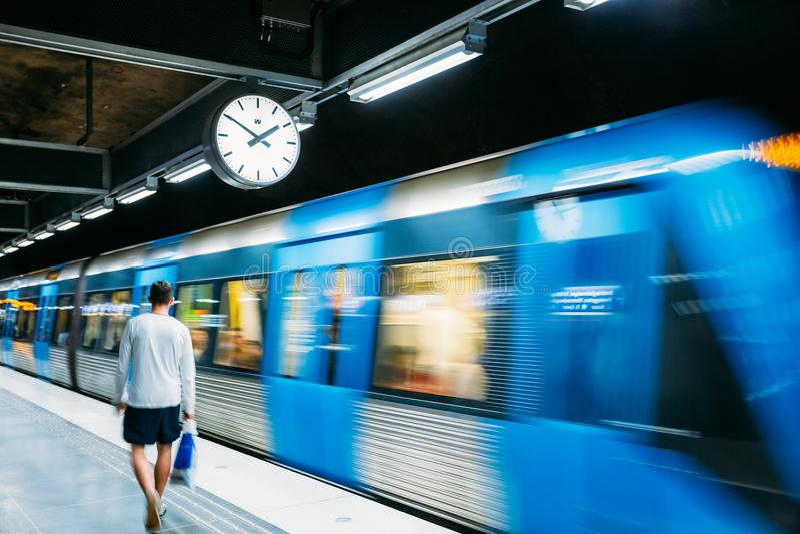 Éstocolmo, Suécia Estação de metro subterrânea iluminada moderna do metro imagens de stock