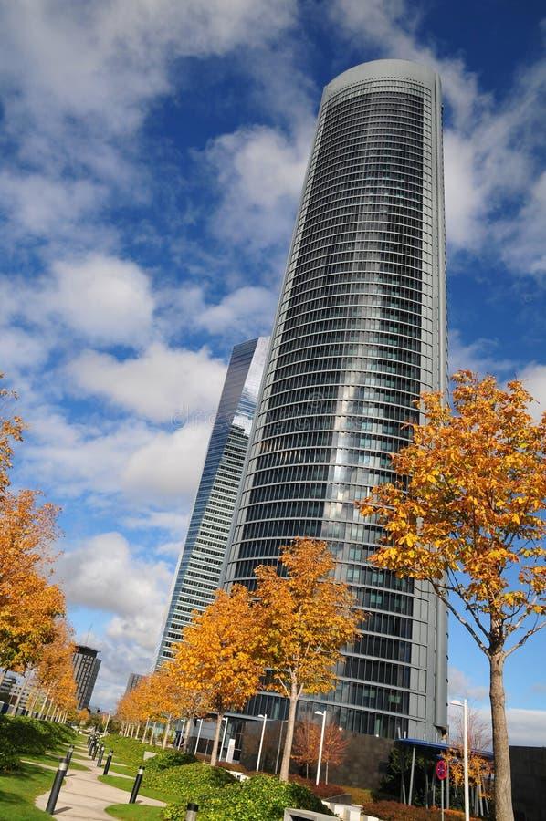 Éstos son dos de los cuatro rascacielos en el CTBA, área comercial de Cuatro Torres Madrid, España imagen de archivo libre de regalías