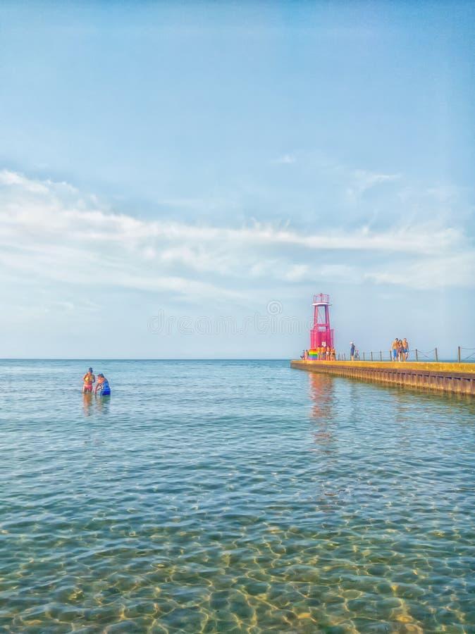 Été à la plage d'Edgewater Chicago, Etats-Unis Pilier décoré pour la fierté gaie images stock