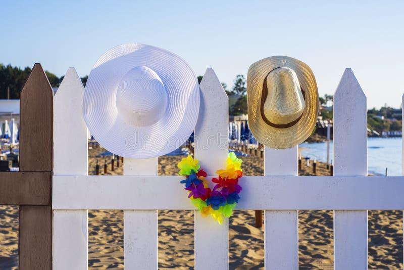 Été, chapeaux sur la barrière, plage photos stock