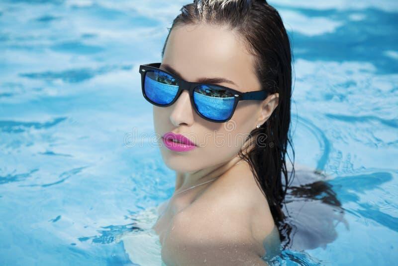 Été dans la piscine photos libres de droits