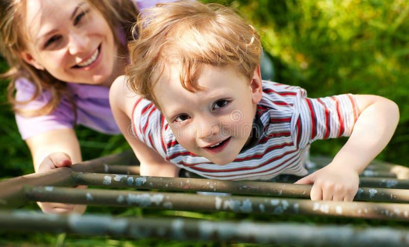Été de famille sur l'échelle à la maison d'arbre images libres de droits