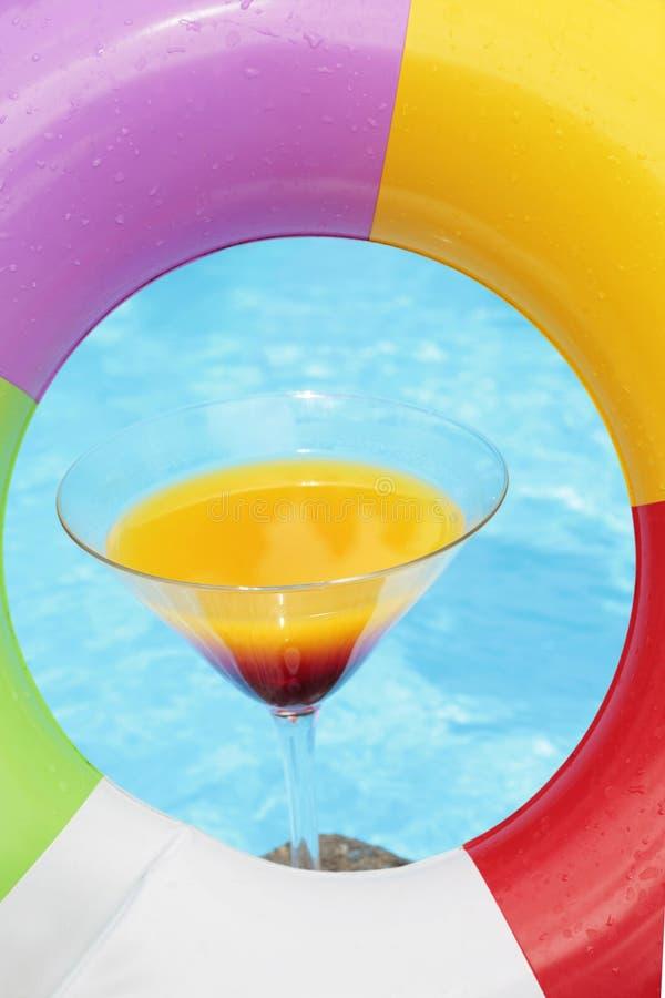 été de poolside de cocktail image stock