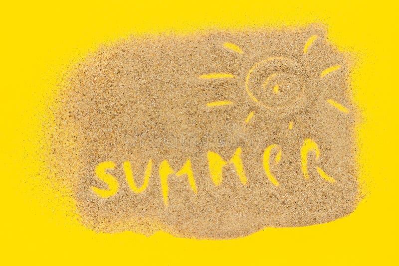 Été des textes et signe du soleil dessiné sur le sable sur le fond de papier jaune Vacances créatives de concept de vue supérieur photos libres de droits