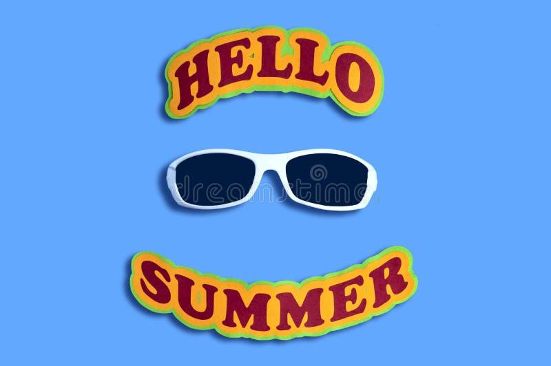 Été et lunettes de soleil d'inscription bonjour images stock