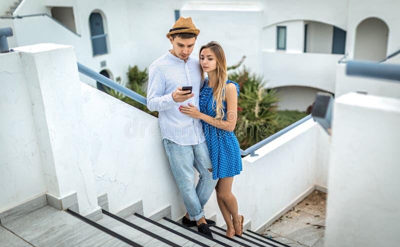 Été extérieur, regard de couples dans le smartphone Grèce de téléphone photos libres de droits