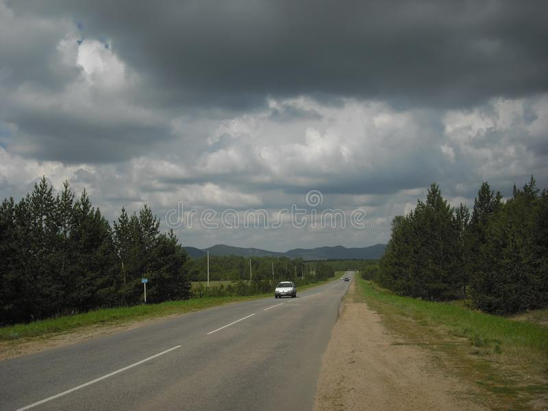 Été juillet Après pluie Chemin forestier aux valeurs maximales de concentration au poste de travail de KOH photo libre de droits
