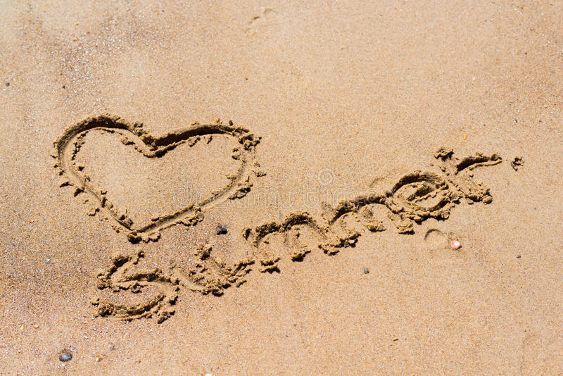 Été manuscrit dans le sable de la plage avec un beau coeur images stock