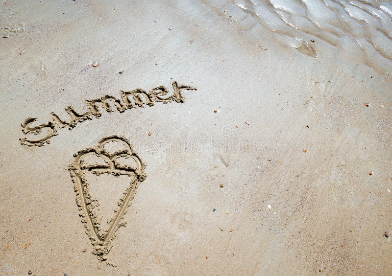 Été manuscrit dans le sable de la plage avec un beau coeur image stock