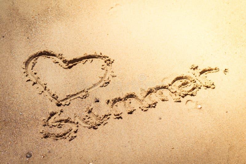 Été manuscrit dans le sable de la plage avec un beau coeur illustration libre de droits