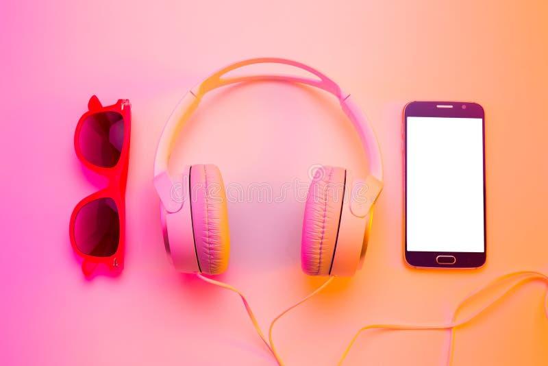 Été - smartphone, écouteurs et lunettes de soleil images libres de droits