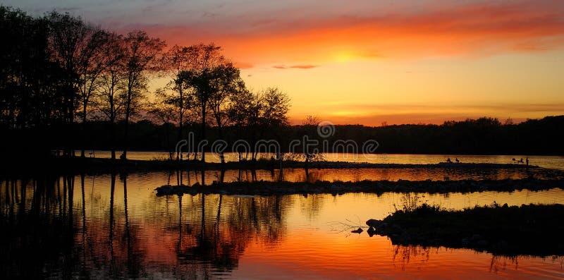 Été Sun plaçant au-dessus d'un lac image stock