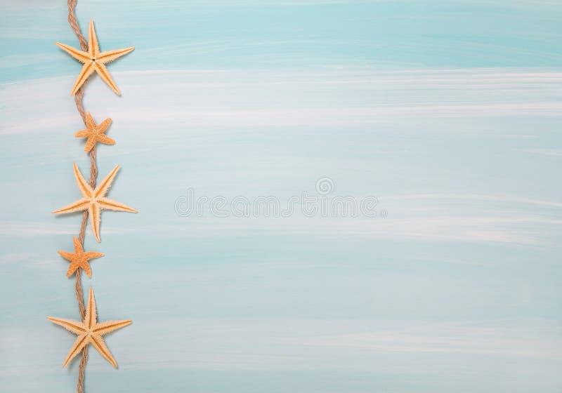 Été tropical : fond en bois de bleu ou de turquoise avec des coquilles photo stock