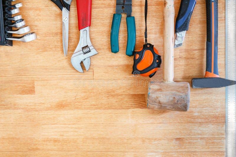 Établi en bois à l'atelier Le sort de différents outils pour diy et la réparation fonctionne Bureau en bois pour l'affichage de p photographie stock