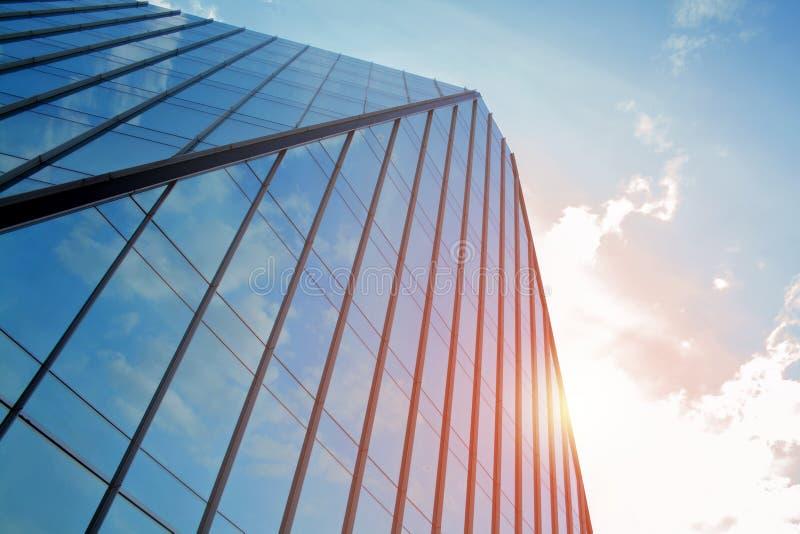 Établir un angle faible d'affaires d'entreprise Verre et gratte-ciel en acier de district des affaires d'Art Nouveau Message publ photographie stock libre de droits
