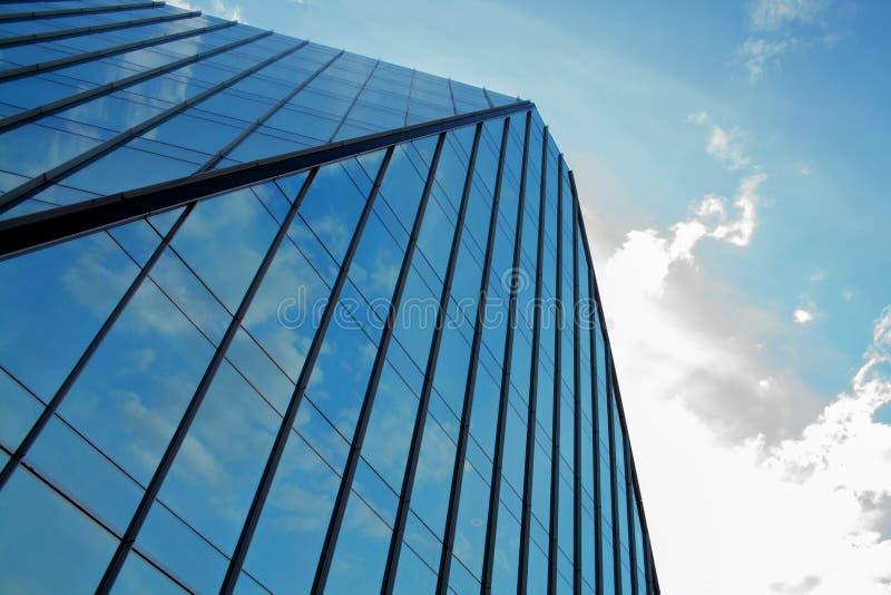 Établir un angle faible d'affaires d'entreprise Verre et gratte-ciel en acier de district des affaires d'Art Nouveau Message publ images libres de droits