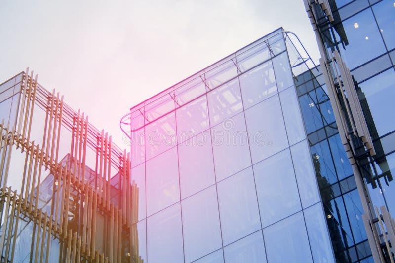 Établir un angle faible d'affaires d'entreprise Verre et gratte-ciel en acier de district des affaires d'Art Nouveau Message publ photo libre de droits