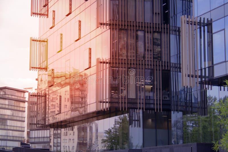 Établir un angle faible d'affaires d'entreprise Verre et gratte-ciel en acier de district des affaires d'Art Nouveau Message publ images stock