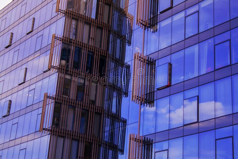 Établir un angle faible d'affaires d'entreprise Verre et gratte-ciel en acier de district des affaires d'Art Nouveau Message publ image stock