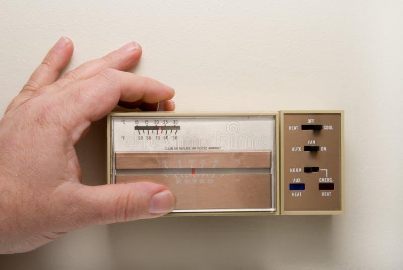 Établissement d'un thermostat pour se refroidir photographie stock libre de droits