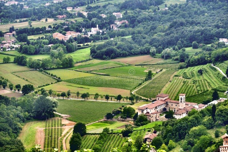 Établissement vinicole traditionnel avec des vignobles dans l'avant en Italie près de Milan photos libres de droits
