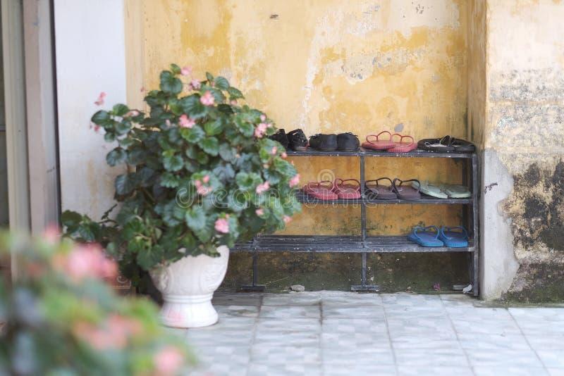 Étagère avec des bascules vietnamiennes traditionnelles de chaussures photos stock