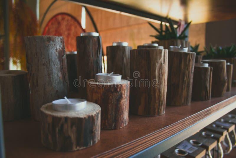 Étagère avec des bougies dans des chandeliers en bois photo stock
