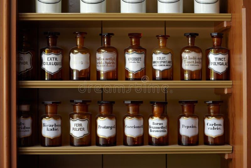 Étagère avec des bouteilles image libre de droits