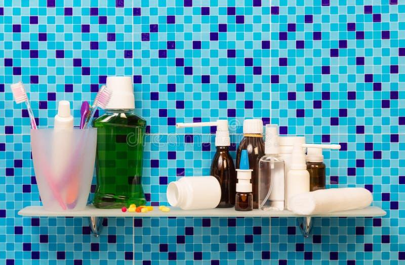 Étagère avec des cosmétiques d'articles de toilette sur la salle de bains de fond image libre de droits
