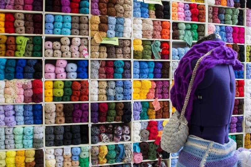 Étagère avec des fils pour tricoter avec les aiguilles et le simulacre de tricotage images libres de droits