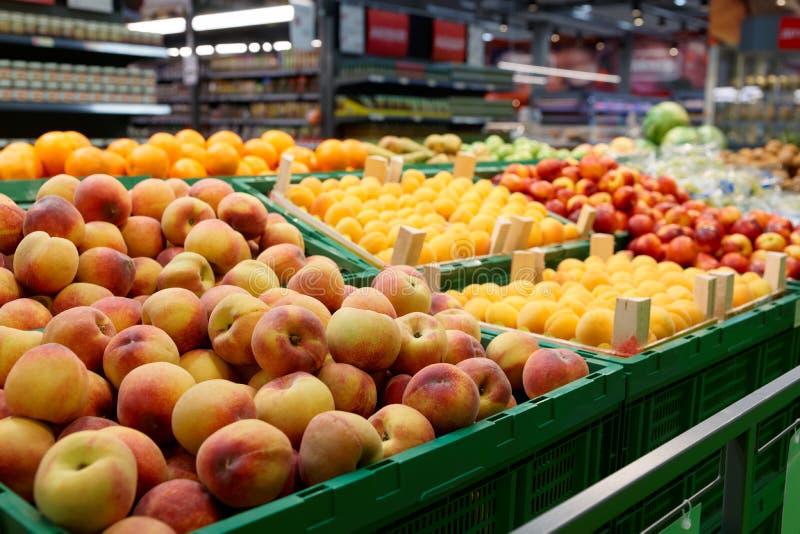 Étagère avec des fruits photo stock