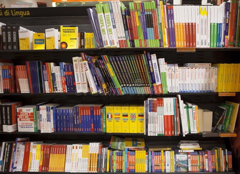 Étagère avec des livres de langue photographie stock libre de droits