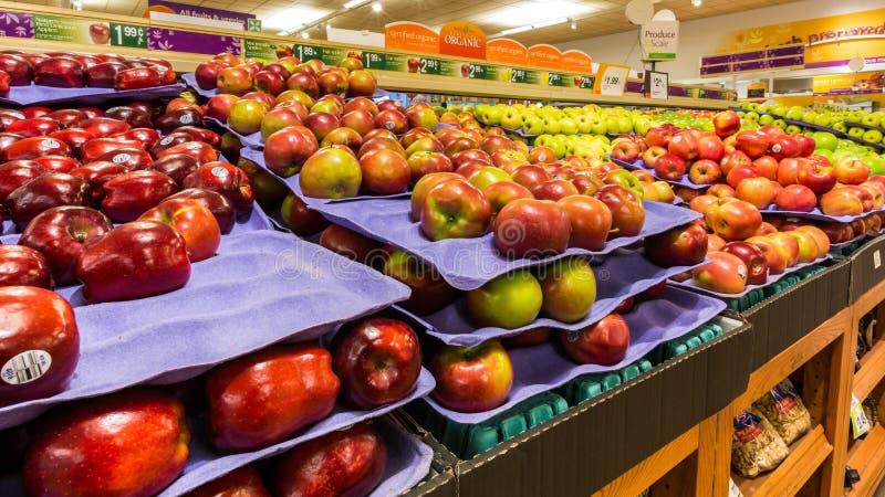 Étagère avec des pommes dans un supermarché américain photo libre de droits